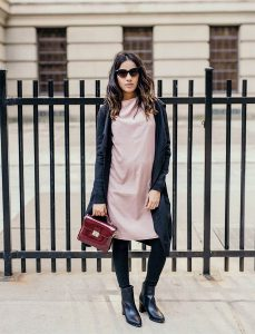 SincerelyHumble Faiza Inam OOTD Fashion style icon HM dress express crossbag pregnancy style blush pink dress 4