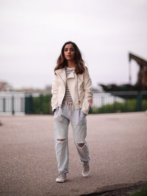 Distressed Jeans for Days Lulus LIGHT WASH DRAWSTRING Faiza Inam Casual Look Summer Fall Fashion Style Toronto Blogger 1