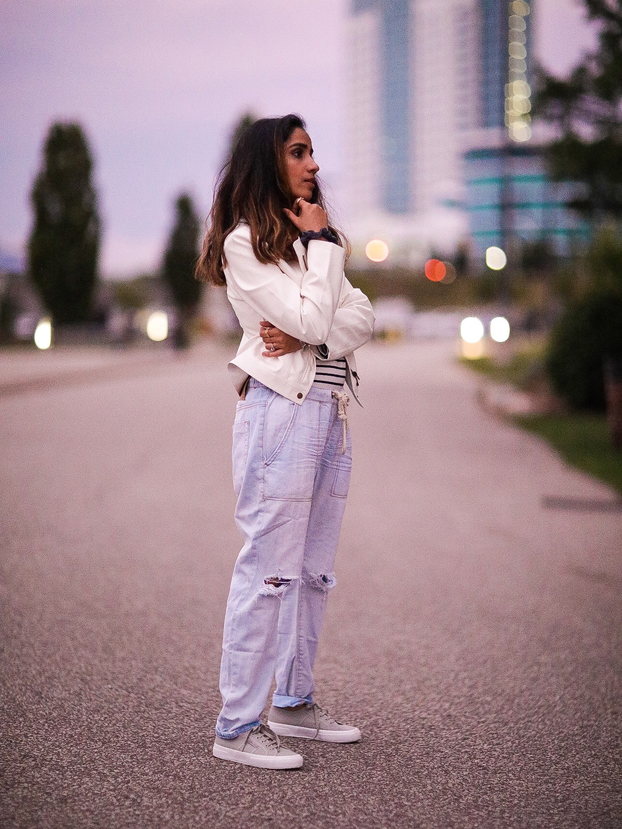 Distressed Jeans for Days Lulus LIGHT WASH DRAWSTRING Faiza Inam Casual Look Summer Fall Fashion Style Toronto Blogger 5