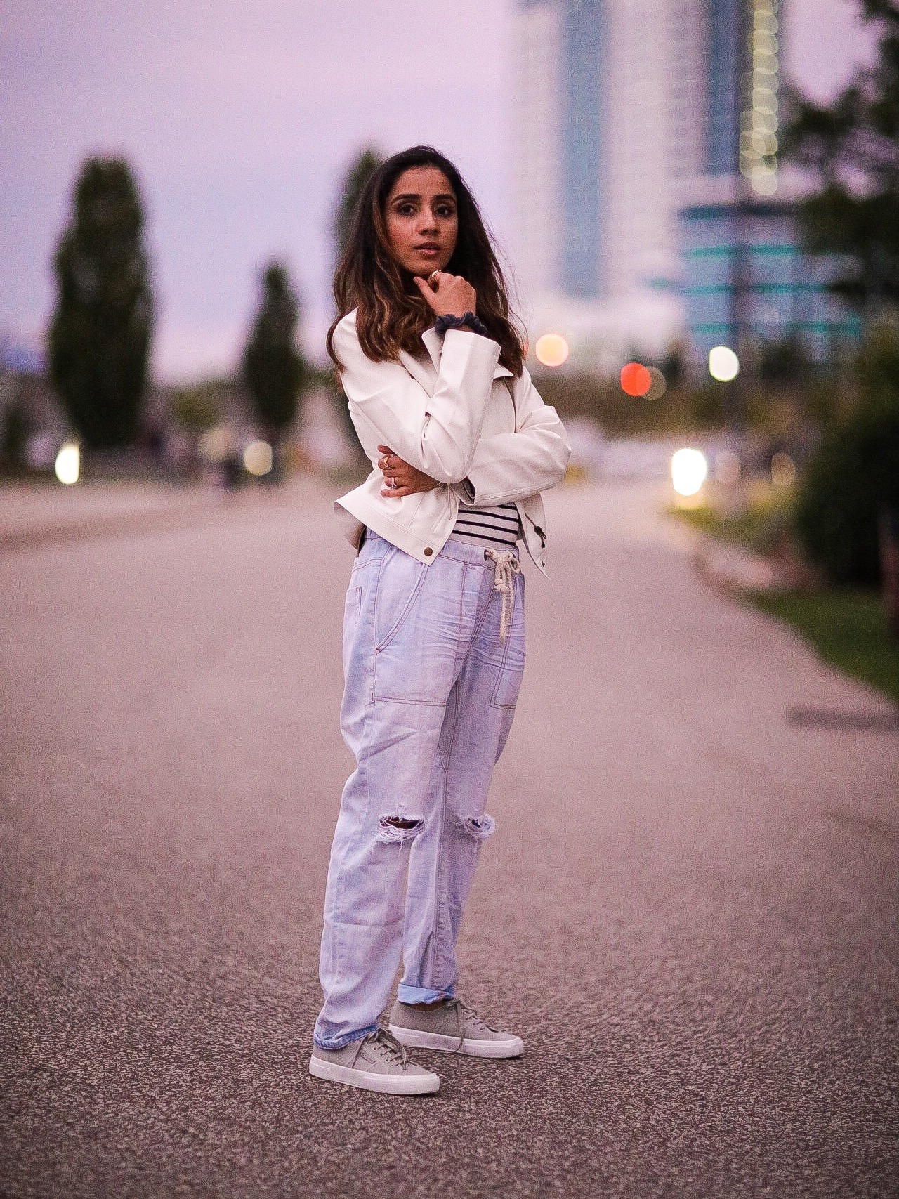 Distressed Jeans for Days Lulus LIGHT WASH DRAWSTRING Faiza Inam Casual Look Summer Fall Fashion Style Toronto Blogger 6