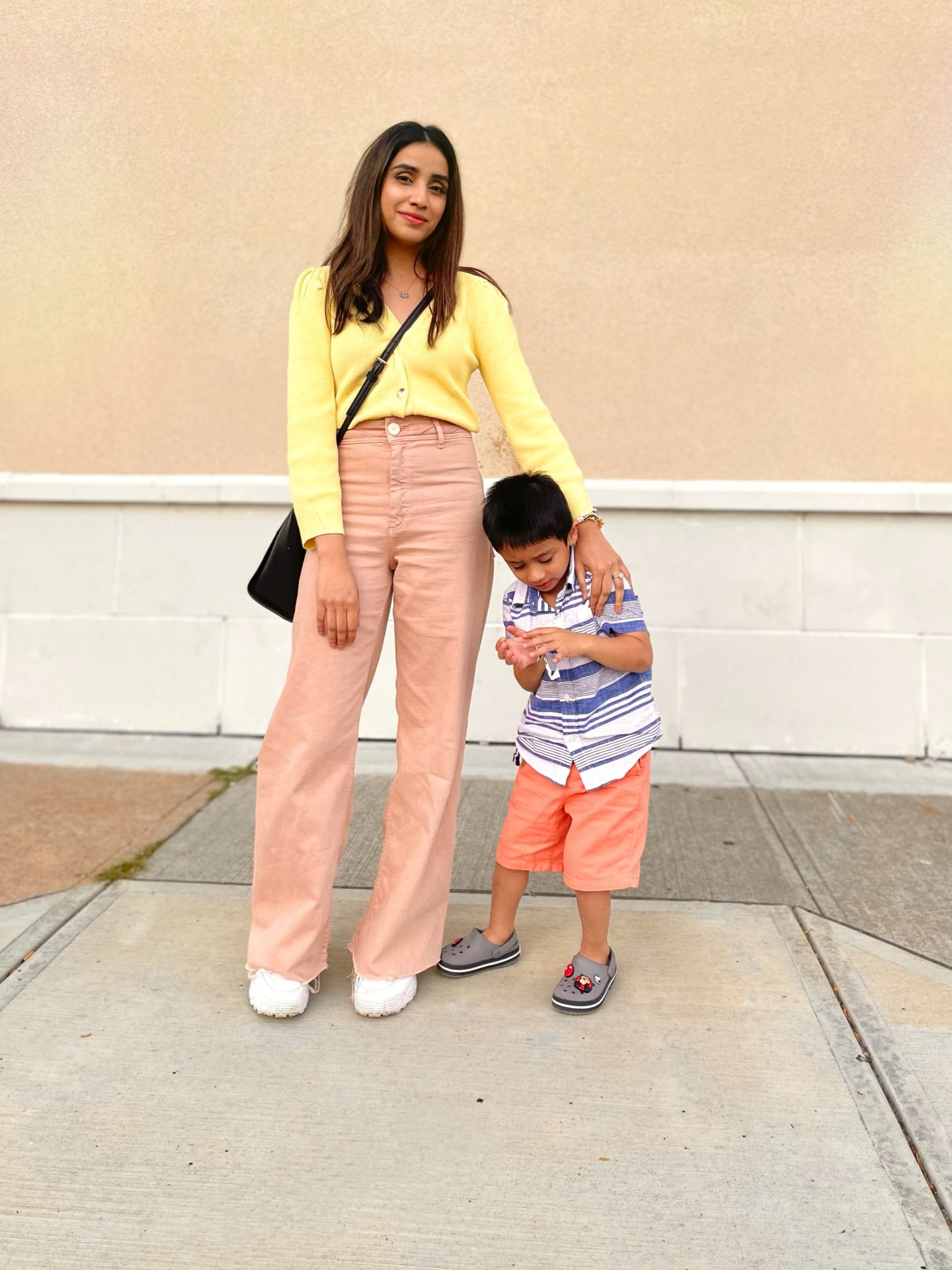 How I Rock a Cool Mom Look in Summer mama look outfit comfortable comfy 1-min